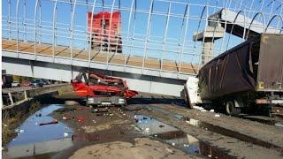 Пешеходный мост рухнул на проезжающие машины. Двое погибли на месте