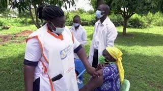 В Кении местным жителям вместо вакцины от коронавируса вводили воду
