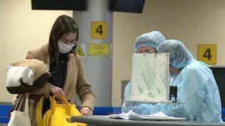 Всех прилетающих в Россию из Индии теперь тестируют на коронавирус прямо в аэропорту.